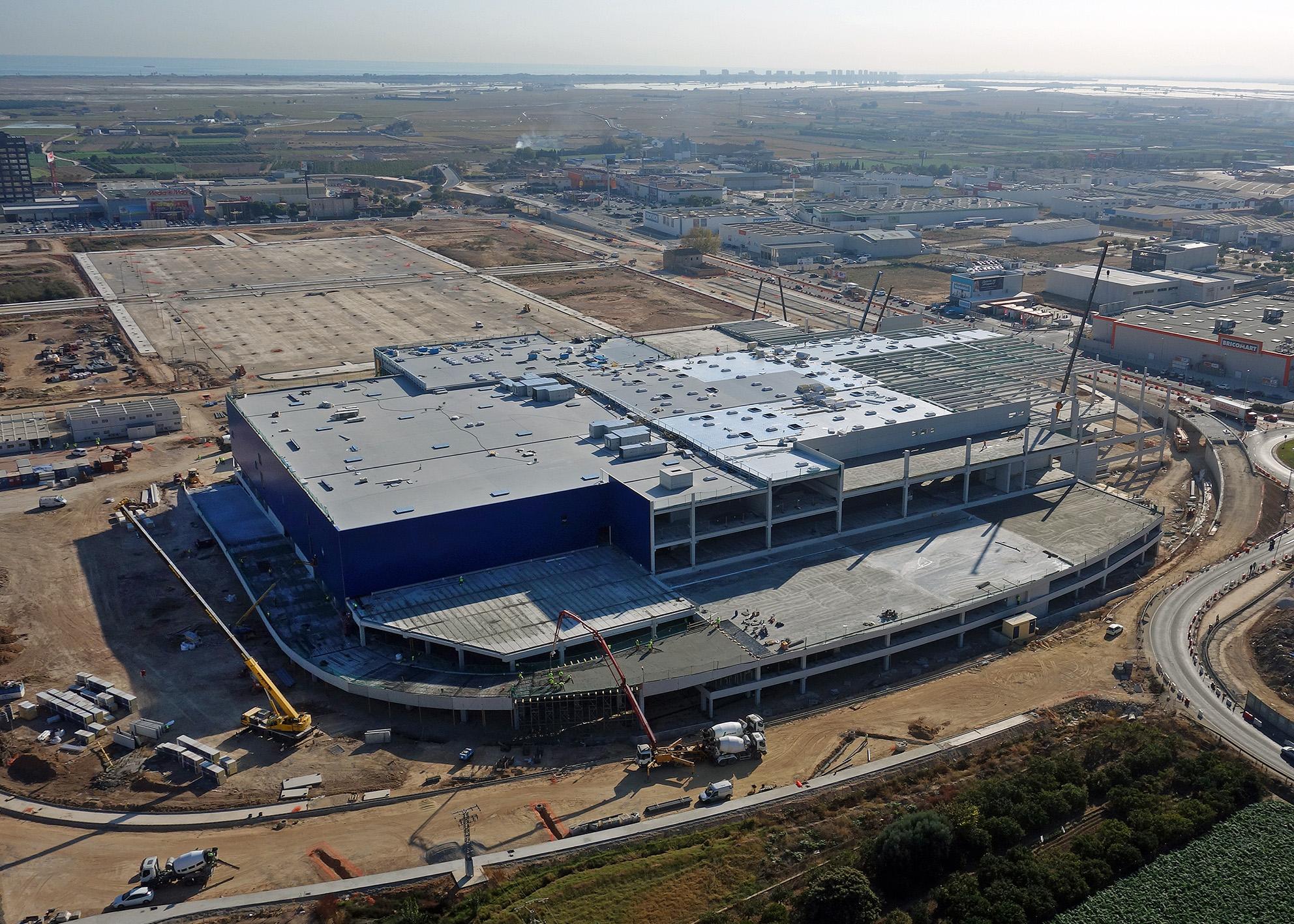 Figura 3.- Complejo IKEA en Alfafar (Valencia). Los centros logísticos se han convertido en edificaciones cuya construcción es fundamentalmente industrializada en hormigón, por lo que requieren una mayor implementación de elementos BIM